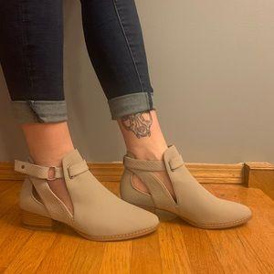 Never worn beige shoes 8.5